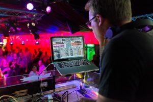 montar-discoteca-pub-gastos-beneficios-quieroganar-emprender-emprendedores-ideas-de-negocio-musica